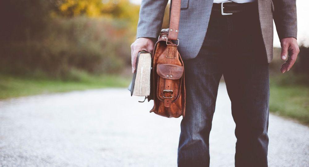 Мужчина с портфелем на плече. Иллюстративное фото