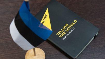 Блокнот с символикой информационного агентства Sputnik и флаг Эстонии. Архивное фото