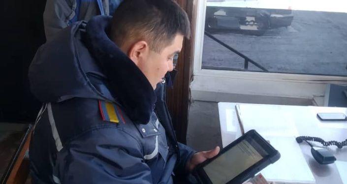 На всех стационарных постах Управления обеспечения безопасности дорожного движения Чуйской области с начала года инспекторы стали пользоваться планшетами