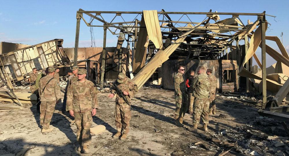 Солдаты США осматривают Последствия ракетного удара по авиабазе Айн аль-Асад на западе Ирака. 13 января 2020 года
