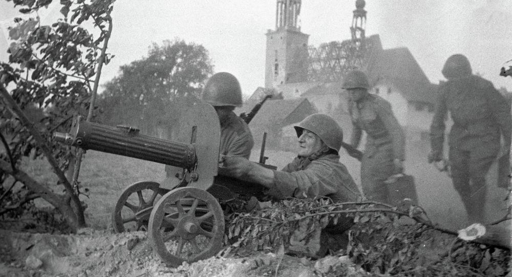 Великая Отечественная война 1941-1945 годов. Солдаты ведут пулеметный огонь в боях за Варшаву.