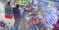 В Усть-Каменогорске хозяйка магазина самостоятельно обезвредила вооруженного грабителя, отобрав у него одноствольный обрез.