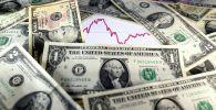 График алдында доллар банкноталары. Архив
