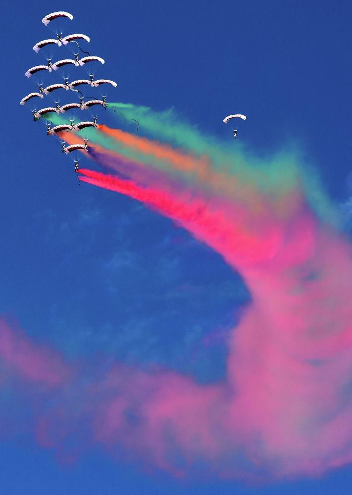 Пилотажная группа ВВС Катара выступает на открытии Кувейтской авиационной выставки 2020 года в Кувейте. Кувейт, 15 января 2020 года