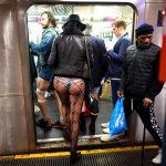 Участники акции В метро без штанов в нью-йоркской подземке