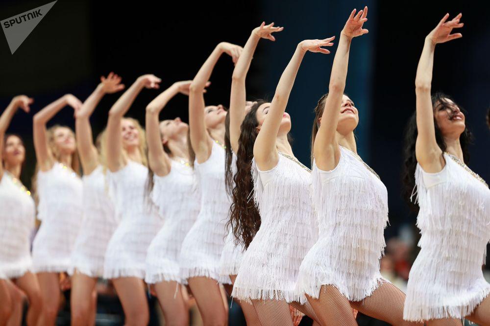 Девушки из группы поддержки выступают в перерыве матча 18-го тура регулярного чемпионата мужской баскетбольной Евролиги сезона 2019/2020 между БК Химки (Химки, Россия) и БК Зенит (Санкт-Петербург, Россия).