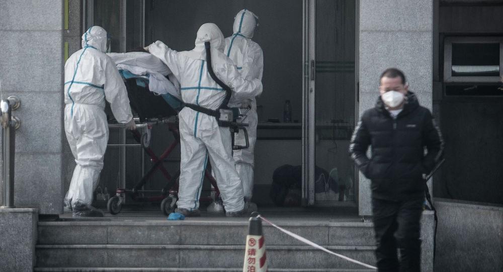 Медицинский персонал доставляет пациента в больницу Цзиньинтань в Ухане. Архивное фото