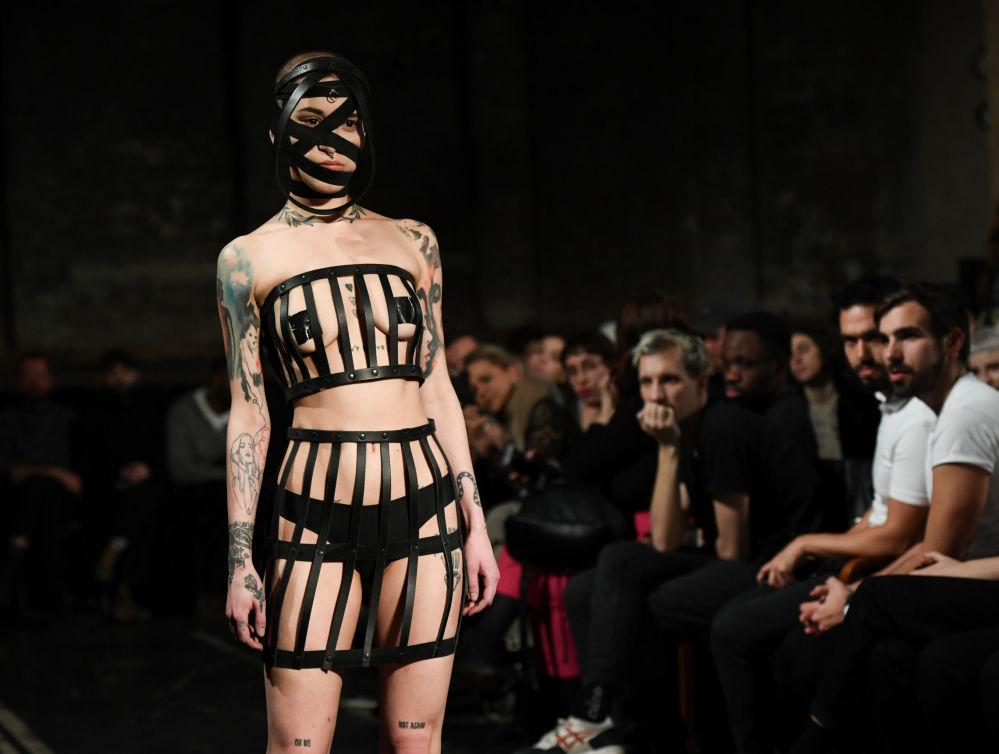 Как пишут СМИ, наряды немецкого бренда Obectra изготовлены из латекса, цепей и пластика