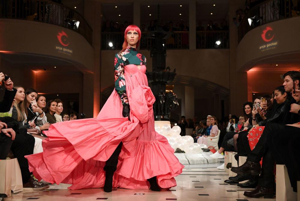 Показ коллекции Anja Gockel. Этот бренд выпускают женскую вечернюю и повседневную одежду