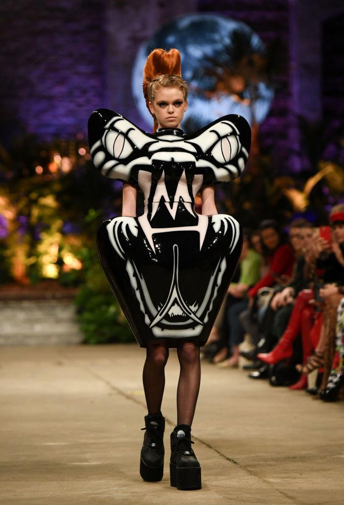 Этот закрытый костюм тоже придумала Marina Hoermanseder