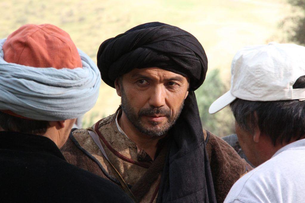 Каскадер Султанбек Дикамбаев во время съемок в художественном фильме