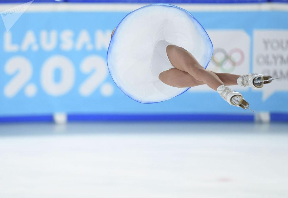 Аполлинария Панфилова в паре с Дмитрием Рыловом (Россия) выступает с произвольной программой в парном фигурном катании на зимних юношеских Олимпийских играх 2020.