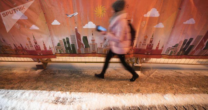 Девушка идет по одной из улиц Москвы. Архивное фото