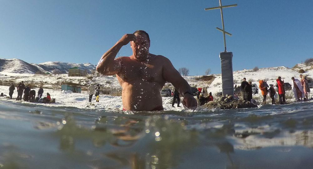Традиционные купания в день Крещения Господня (Богоявления). Архивное фото