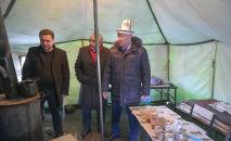 Кыргыз-казак чек арасындагы Ак-Тилек өткөрүү пунктунан өтүү татаалдашып, жүк ташуучулар үчүн чатырлар тигилип, ысык чай уюштурулду