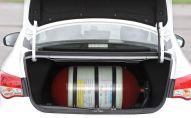 Газовый баллон в багажнике легкового автомобиля. Архивное фото