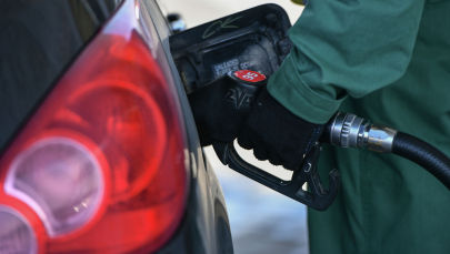 Заправка бензином автомобиля на АЗС. Архивное фото