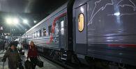 Пассажиры идут на посадку в поезд. Архивное фото