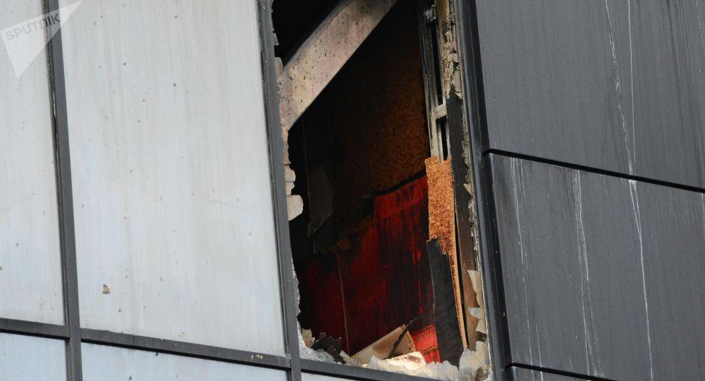 Окно сгоревшего здания. Архивное фото