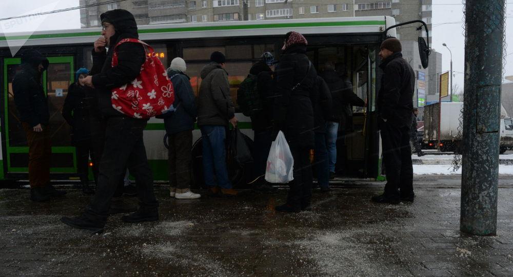 Люди на тротуаре, посыпанном противогололедным реагентом. Архивное фото