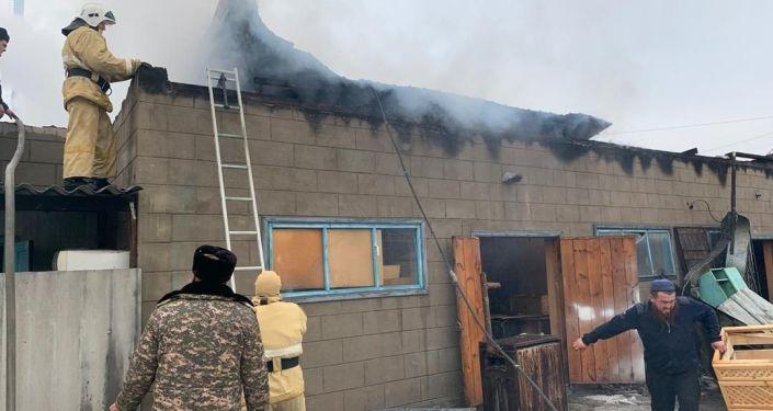 Тушение пожара в частном доме в городе Кант
