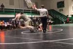 В Северной Каролине (США) Барри Джонс набросился на соперника своего сына на юношеском турнире по борьбе.