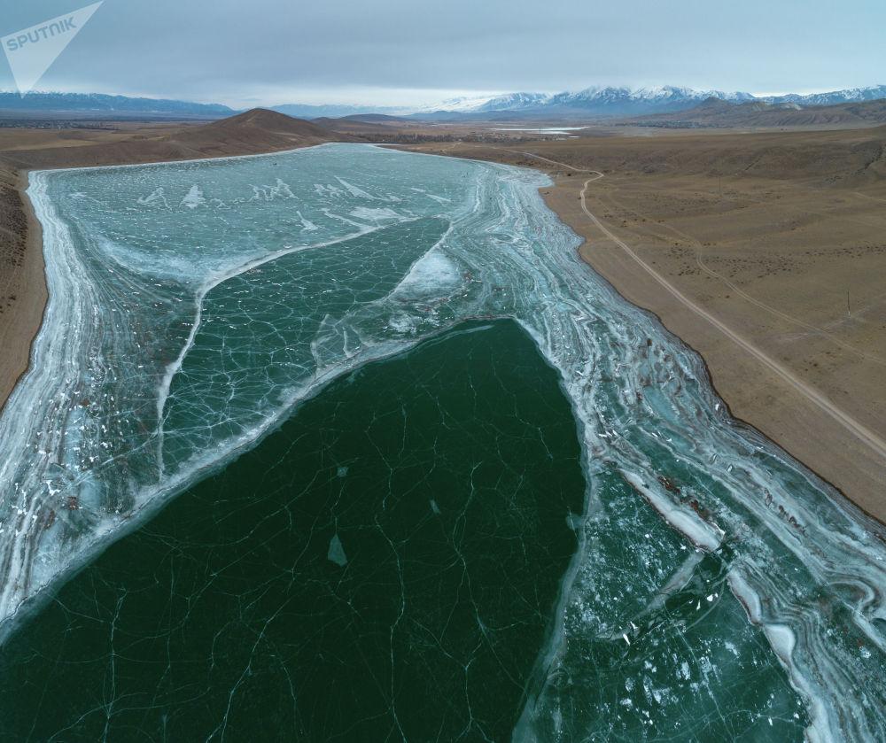 Замершее озеро Ара-Кол в Кочкорском районе Нарынской области