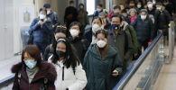 Пассажиры в медицинских масках прибывающие в аэропорт. Архивное фото