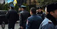 Сотрудники полиции на месте стрельбы в бизнес-комплексе Эрабуни-плаза в центре Еревана