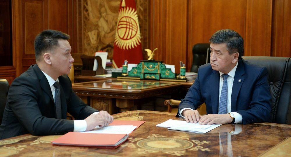 Президент Сооронбай Жээнбеков и секретарь Совбеза КР Дамир Сагынбаев. Архивное фото