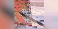 В поселке Излучинске Нижневартовского района (Россия) девушка выпала из окна квартиры на девятом этаже и осталась жива.