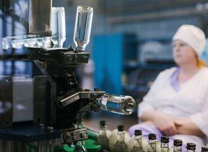 Цех розлива готовой продукции на предприятии по производству водки в городе Шуя Ивановской области.