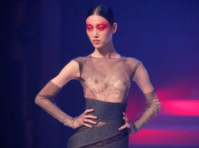 Модель на показе Жана-Поля Готье