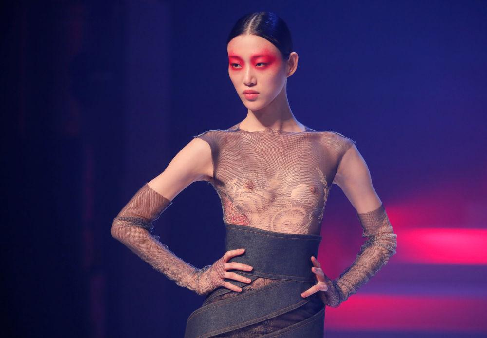 В 1992 году близкая подруга дизайнера Мадонна приняла участие в показе, на котором полностью оголила грудь, когда представляла обтягивающий сарафан с подтяжками вместо лифа. На шоу 2020 года прием несколько видоизменили.
