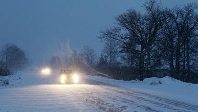 Автомобили едут во время снегопада. Архивное фото