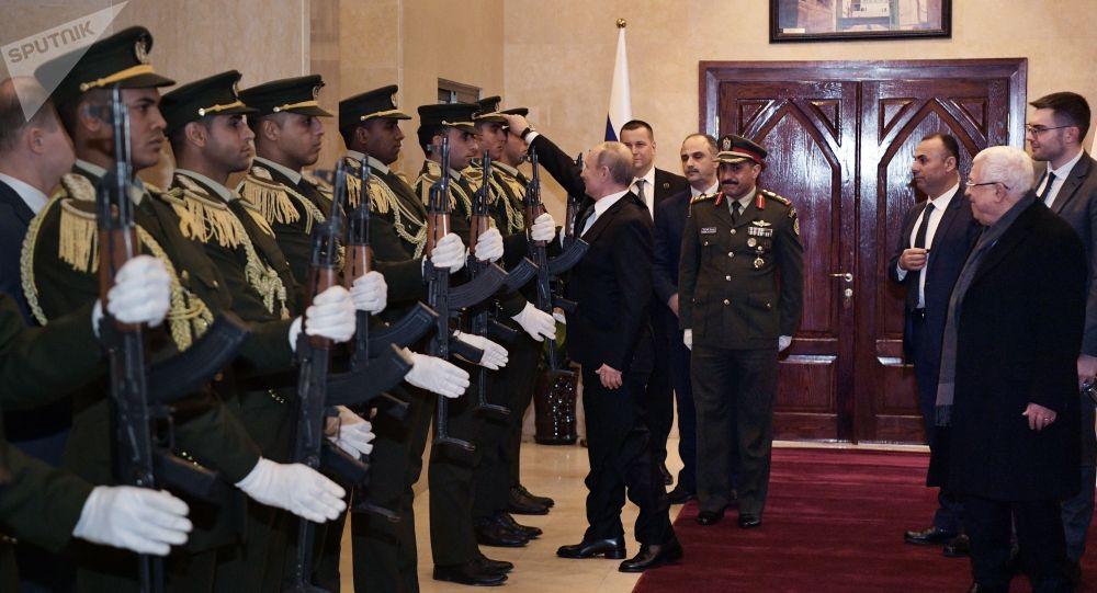 Президент РФ Владимир Путин и президент Государства Палестина Махмуд Аббас после переговоров в президентском дворце в Вифлееме.