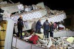 Спасатели обыскивают разрушенное здание после землетрясения в Элязыге. Турция, 25 января 2020 года