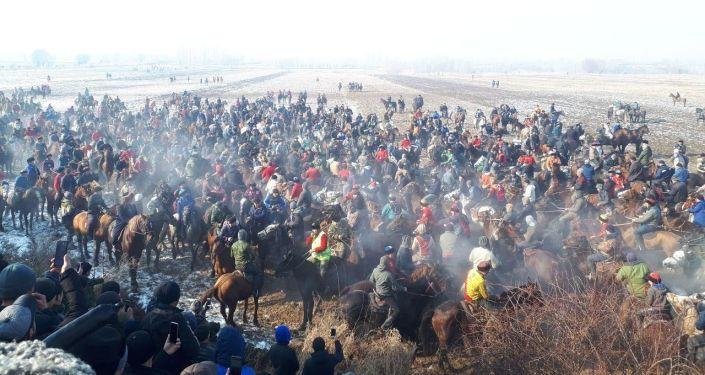 Участники на конях готовятся к игре аламан улак в селе Савай Кара-Суйского района