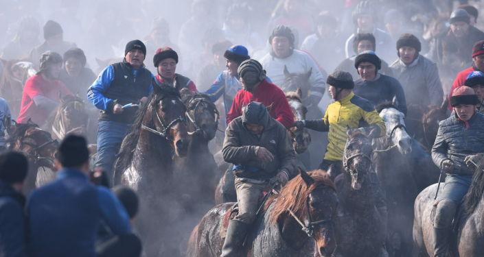 Всадники во время игры аламан улак в селе Савай Кара-Суйского района