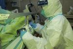 Медицинский персонал лечит пациента с пневмонией, вызванной новым коронавирусом, в больнице Чжуннань университета Ухань в Ухане