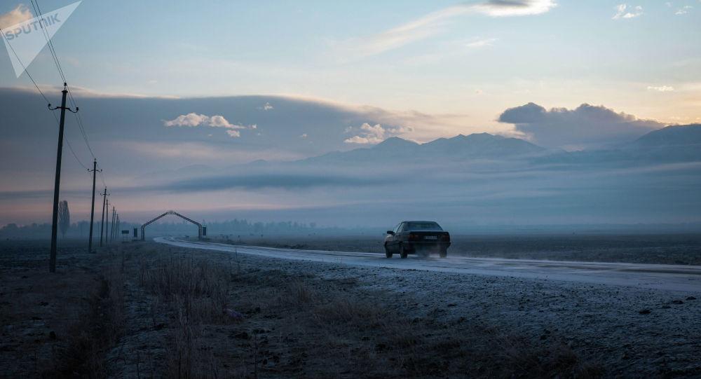 Автомобиль едет по дороге в Кочкорском районе Нарынской области
