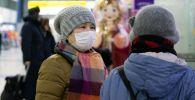 Люди в медицинских масках. Архивное фото