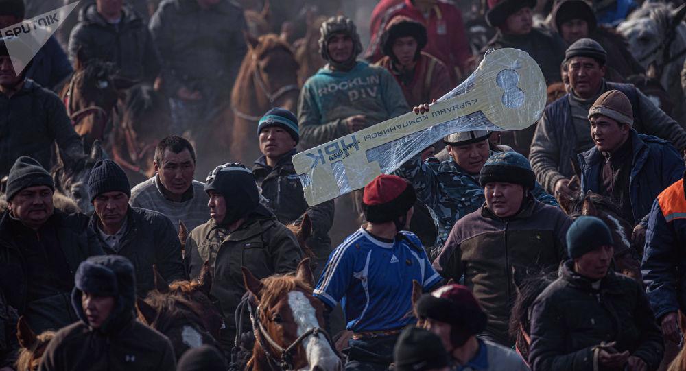 Победитель выигравший автомобиль на крупном состязании по аламан улаку в селе Савай Кара-Сууйского района.