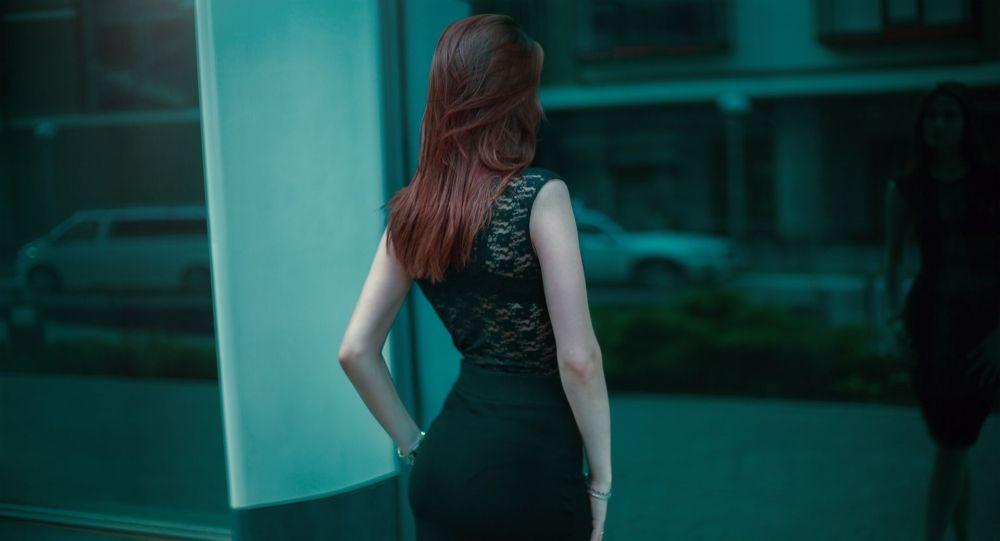 Силуэт девушки стоящий у окна. Архивное фото