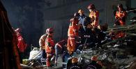 Спасатели обыскивают место обрушения здания после землетрясения в Элязыге, Турция, 26 января 2020 года