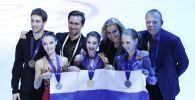 Призеры чемпионата Европы по фигурному катанию в женском одиночном катании и тренеры на церемонии награждения
