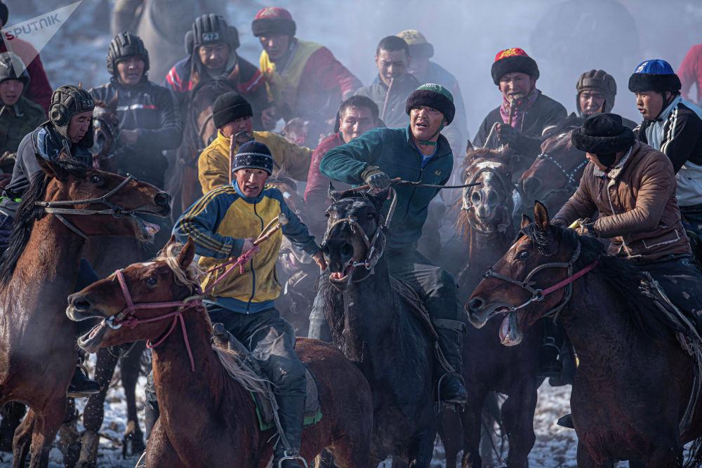Оюнга Өзбекстандан, Тажикстандан, Казакстандан жана Кыргызстандын чар тарабынан миңден ашуун улакчы келген