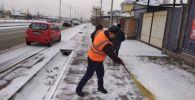 Бишкектин көчөлөрүн кардан тазалоо иштери таңкы саат төрттөн бери уланып жатканын борбор калаанын мэриясы билдирди