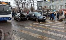 На месте ДТП на пересечении проспекта Жибек Жолу и улицы Суюмбаева