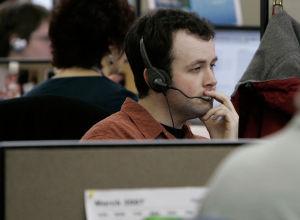 Оператор техподдержки во время работы. Архивное фото